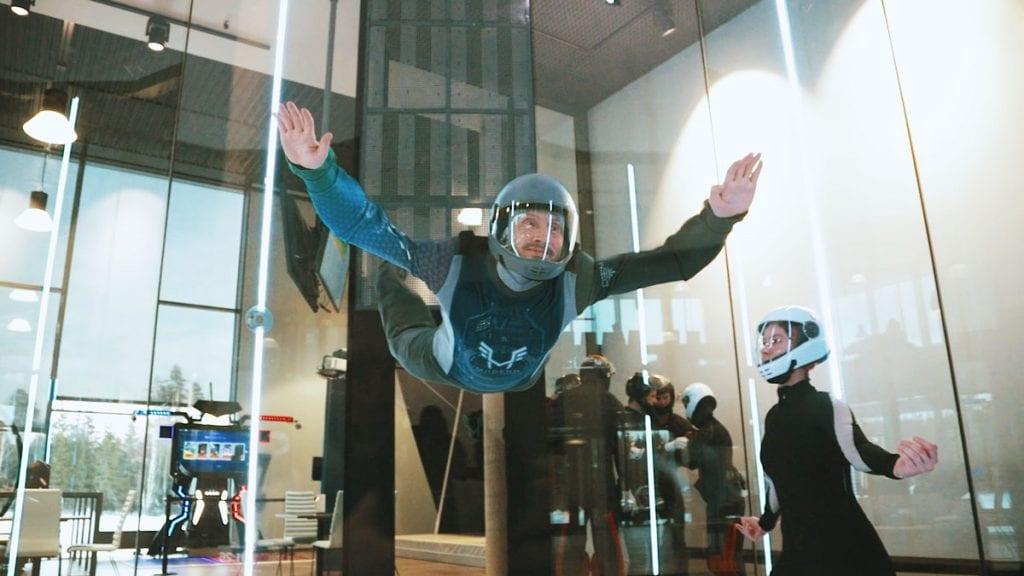 Mann flyr i vindtunnel